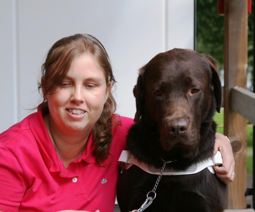Foto på mig och Duncan, augusti 2009. Fotograf Barbro Carlsson. Jag har på mig en rosaröd tröja och ha brunt hår. Duncan har mörkbrun päls.