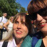 Foto på jag och min samarbetspartner Åsa Gustafsson redo att gå Mångfaldsparaden i Almedalen