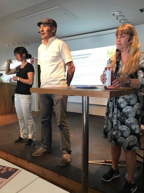 Foto på jag som modererar seminarie om inkludering för Inclusion Academy. På bilden syns även föreläsaren Ergin Özdemyr och en teckenspråkstolk.