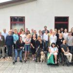Gruppbild, Sommarskolan 2018. Gruppbild, Sommarskolan 2018. En stor grupp människor står framfår en vit husbyggnad.