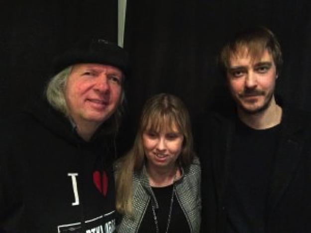 Bild på Ulf, Anna och Jonas Karlsson. Ulf och Jonas har svarta kläder på sig. Jag har en grå jacka. Ulf har vitt långt hår, jag har utsläppt mörkblont hår och tittar lite nedåt. Jonas har halvkort hår i platt frisyr samt mustache.