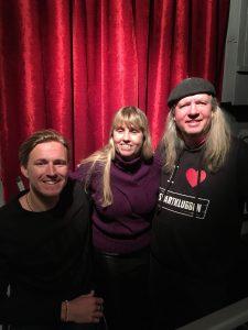 Bild Aron Andersson, jag och Ulf Nordquist. Aron och Ulf har svarta tröjor och jag vinröd. Vi har alla ljusbkonda hårfärger, Aron har kort hår och jag och Ulf långt hår Ulf bär en basker.